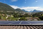 Paneles solares en el techo — Foto de Stock