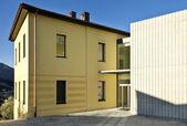 Sarı ev — Stok fotoğraf
