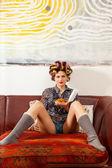 Sexy meisje eten spaghetti op de bank — Stockfoto