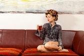Sexy dziewczyna pić drinka na kanapie — Zdjęcie stockowe