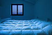 Sypialnia w nocy — Zdjęcie stockowe