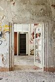 Abandoned building, door broken — 图库照片