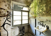 Old sink, abandoned house — Stock Photo