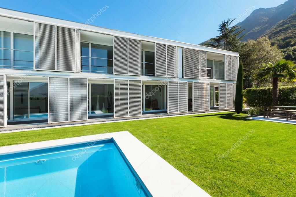 Moderna villa con piscina foto stock zveiger 46456429 for Giardino villa moderna