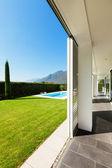 Moderní vila s bazénem — Stock fotografie