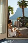 Linda mulher lendo no terraço — Fotografia Stock