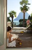 Красивая женщина, читая на террасе — Стоковое фото