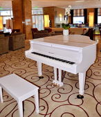 White grand piano at the hotel — Stock Photo