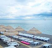 Parasole i szezlong na plaży — Zdjęcie stockowe