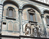 Statues in Santa Maria del Fiore, Florence, exterior — Stock Photo