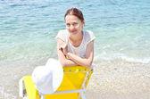 Jonge, mooie, slanke en sexy vrouw op het strand — Stockfoto