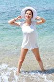 Ung, vacker, smal och sexig kvinna på stranden — Stockfoto