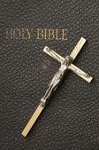 Croce sull'antica bibbia — Foto Stock