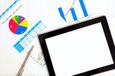 La tableta en la mesa de gráficos — Foto de Stock