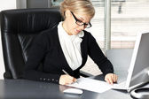 Businesswoman signing a contract — Stock Photo