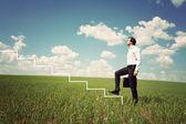 Empresario en camisa blanca sube la escalera — Foto de Stock