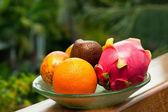 тропические фрукты на тарелке — Стоковое фото