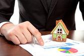 Empresário sentado na mesa e assine um contrato — Foto Stock