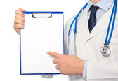 The doctor in a white coat with a stethoscope holding a folder w — Stock Photo