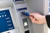 мужчины руки бизнесмен ставит кредитной карты в банкомате — Стоковое фото