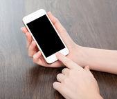 ženské ruce držící bílou dotykový telefon s černou obrazovku — Stock fotografie