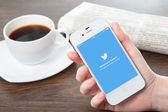 Donna mano iphone con twitter sullo schermo — Foto Stock