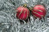 Dvě červené vánoční koule — Stock fotografie