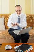 Senior Businessman Typing an Sms — Foto Stock