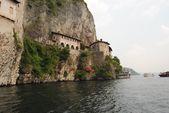 Jezero maggiore, santa caterina del sasso, itálie — Stock fotografie