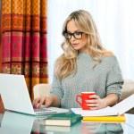 自宅のラップトップで働く女性 — ストック写真