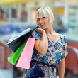 vrouw in shopping mall — Stockfoto