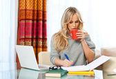 笔记本电脑在家工作的女人 — 图库照片