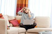Aantrekkelijke vrouw met laptop met nekpijn — Stockfoto