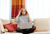 Aantrekkelijke vrouw met laptop met migraine — Stockfoto