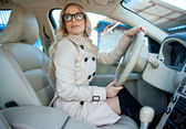 Kvinna föraren i bil — Stockfoto