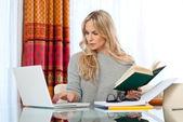 ελκυστική γυναίκα εγγράφως στον φορητό υπολογιστή — Φωτογραφία Αρχείου