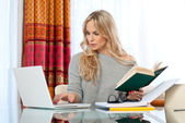 Attraktive frau am laptop schreiben — Stockfoto
