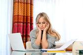 Mujer adulta atractiva con el ordenador portátil — Foto de Stock