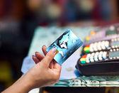 Cartão de crédito de exploração de mão de mulher — Foto Stock