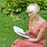 kadın kitap okumak — Stok fotoğraf #19680745