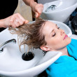 Foto Stock: Washing hair