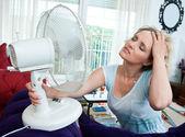 Donna di raffreddamento se stessa — Foto Stock