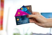 Kadın elini tutarak kredi kartları — Stok fotoğraf