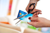 Cutting credit card — Foto Stock