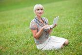 Mujer con portátil fuera de — Foto de Stock