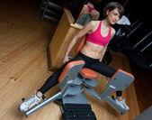 γυναίκα προπόνηση στο γυμναστήριο — Φωτογραφία Αρχείου