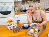 žena u stolu se snídaní — Stock fotografie