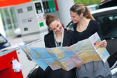 Two woman looking at the map — Stock Photo