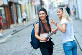 Two woman tourists in the city — Foto Stock