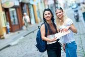 δύο γυναίκα τουρίστες στην πόλη — Φωτογραφία Αρχείου